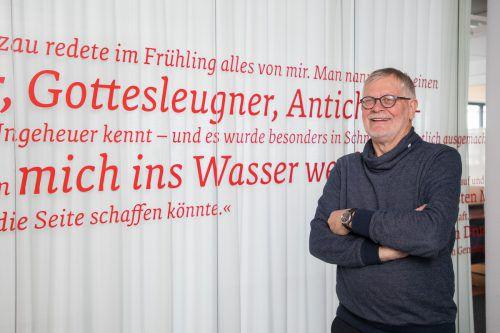 Norbert Häfele, Obmann des Felder-Vereins, vor Felder-Zitaten, die den Besprechungsraum in der VN-Redaktion umrunden. VN/steurer