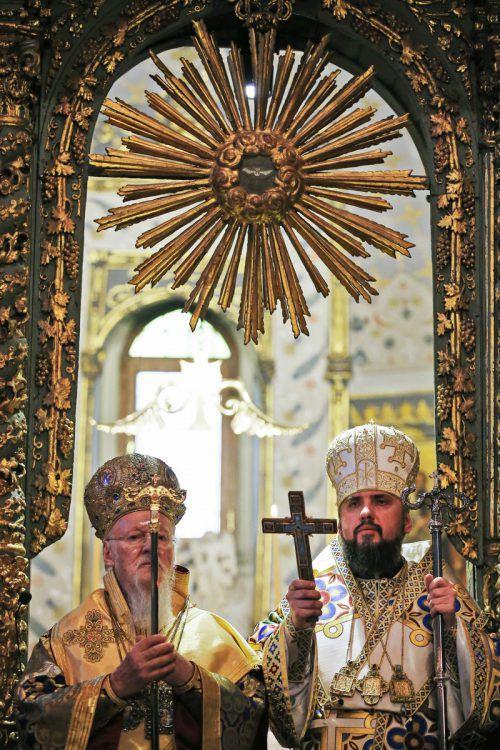 Patriarch Bartholomaios (l.) besiegelte in Istanbul die Kirchengründung. AP