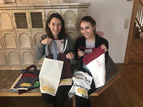 Patricia Jenni und Daniela Konzett mit einer Auswahl ihrer Stofftaschen. ks
