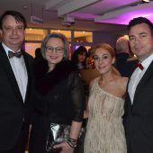 """<p class=""""caption"""">Philipp und Barbara Tomaselli (l.) mit Jasmin und Sandro Preite unterhielten sich im Ramschwagsaal blendend.</p>"""
