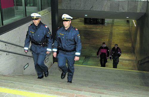 Polizei zeigt Präsenz am Bahnhof. STD