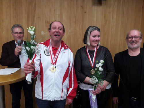 Präsident Edgar Mayer gratuliert seinen erfolgreichen Skiathleten Oliver Pfeifer und Eva Maria Dünser. vbsv