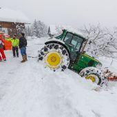 Neuschnee in Vorarlberg. Blechschäden im Straßenverkehr, unter Schneelast eingebrochenes Dach einer Tennishalle