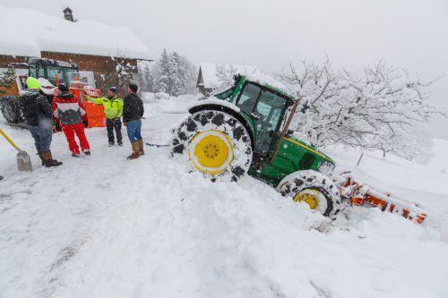 Raggal Ohne Blessuren kam am Sonntag gegen 8.45 Uhr ein 52-jähriger Traktorfahrer aus Raggal bei einem Unfall in seinem Heimatort davon. Er war mit seinem Traktor während der Schneeräumung beim Rückwärtsfahren von der Fahrbahn abgekommen und konnte auf dem abschüssigen Gelände weder vor noch zurück. Das Fahrzeug wurde schließlich von der Feuerwehr mit Hilfe eines weiteren Traktors geborgen.
