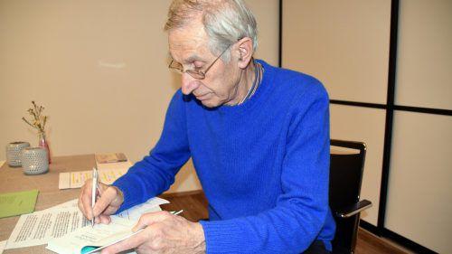 Russ-Preis-Träger Elmar Simma signierte im Anschluss an die Lesung Bücher für seine Leser. loacker