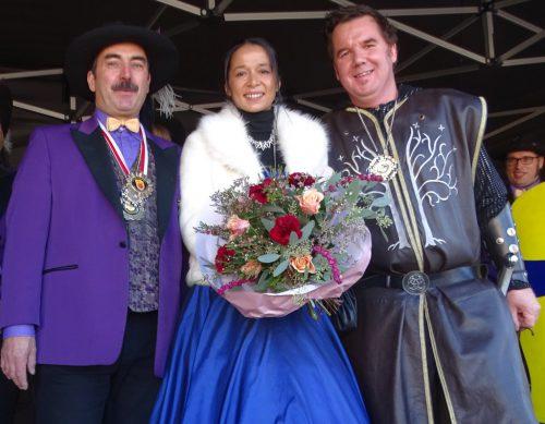 Schlossnarren-Präsident Karl-Heinz Sutter mit dem Ritterpaar Markus I. und ihrer Lieblichkeit Manuela.tf