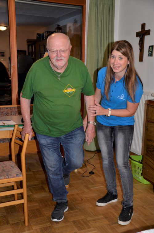 Schritt für Schritt... Ernst Krimbacher ist vom Übungsprogramm begeistert. Hier trainiert er mit Heidi Winkler. KPV