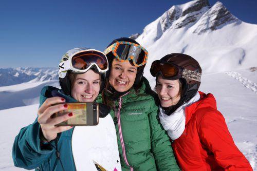 Selfies gehen immer. Das Smartphone kann sich auf der Piste aber auch als praktischer Helfer erweisen. LUdwig Berchtold