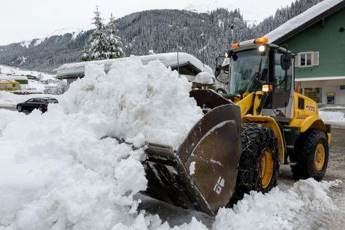 Starke Fahrzeuge aller Art sind willkommen, wenn es um die Befreiung der Straßen vom Neuschnee geht. VN/Stiplovsek
