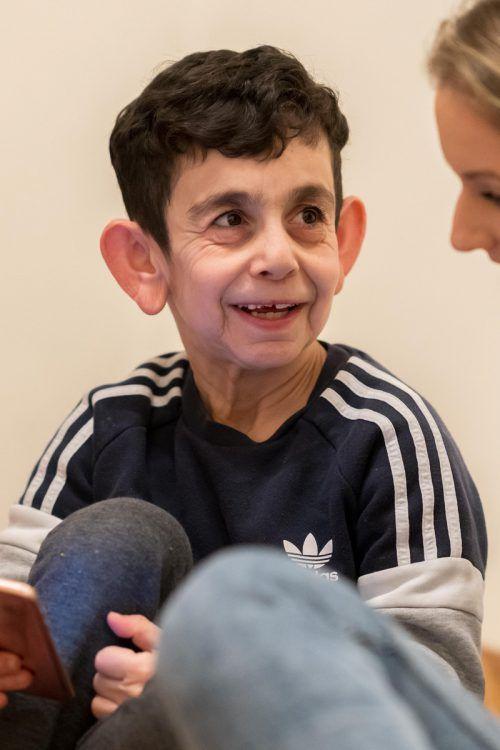 Trotz der sehr seltenen Krankheit Cutis laxa, die Mohamad äußerlich älter erscheinen lässt, ist er ein fröhliches Kind. VN/Stiplovsek
