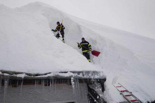 Über 1000 Einsatzkräfte arbeiteten in den Bezirken Gmunden und Kirchdorf an der Krems daran, Dächer von der Schneelast zu befreien. APA/FF Kremsmünster