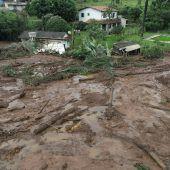 Nach Dammbruch gehen Bergungsarbeiten weiter