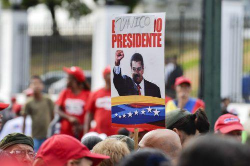 Unterstützer des Staatschefs bei einer Kundgebung in Caracás. Als entscheidender Machtfaktor in Venezuela gilt das Militär. AFP