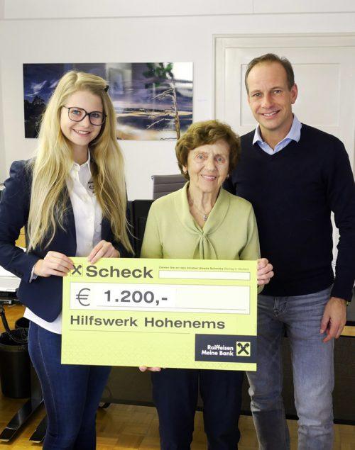 Vivienne Nussbaumer (Palastgastronomie) überreicht Gertrude Klien und Bgm. Dieter Egger den Scheck über 1200 Euro.the