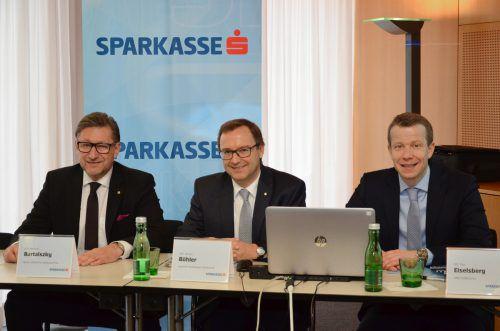 v.l.: Manfred Bartalszky (Vorstand Wiener Städtische, Bankenvertrieb), Werner Böhler (Sprecher der Vorarlberger Sparkassen) und Studienautor Paul Eiselsberg (v.l.). Sparkasse