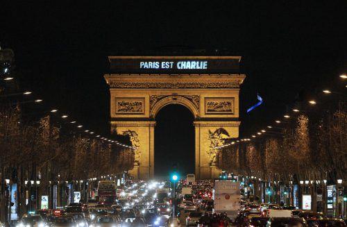 """Vom Arc de Triomphe in Paris strahlte am 7. Jänner 2015 die Solidaritätsbekundung """"Paris est Charlie"""". AFP"""