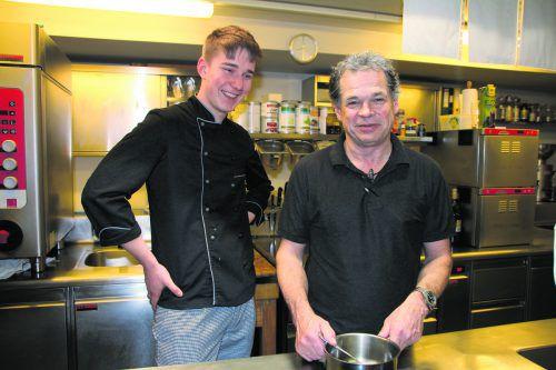 """Willi Muxel (r.) mit Michael Blessing: """"Unseren Lehrlingen möchten wir wertvolles Wissen für die Zukunft mitgeben."""" Hotel Adler"""