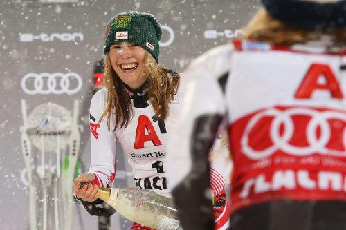 Willkommen auf dem Podest: Katharina Liensberger wurde nach Platz drei in Flachau von Mikaela Shiffrin und Petra Vlahova auf dem Stockerl begrüßt und durfte erstmals im Weltcup einer Champagnerflasche freien Lauf lassen.gepa, APA