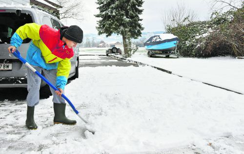 Winterlich Wer nicht selberschaufeln möchte, kann auch eine Firma damit beauftragen, den Gehweg von Schnee und Eis zu befreien.Fotos: A.Kopf, Shutterstock