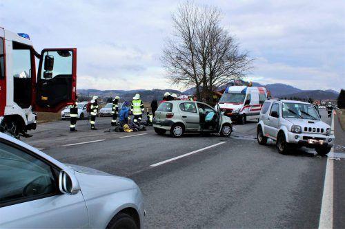 Zwei Vorarlberger waren an dem Unfall bei Gleichenberg beteiligt, einer von ihnen musste ins Spital eingeliefert werden. feuerwehr Dirnbach