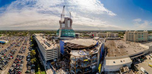 300-Tonnen-Raupenkran von LiebherrNenzing im Einsatz beim Bau des neuen Seminole Hard Rock Cafés in Florida, USA. FA