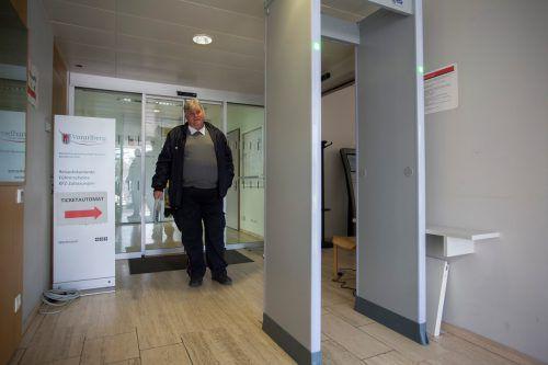 Ab sofort sind in den Eingangsbereichen der Vorarlberger Landesgebäude solche Sicherheitsschleusen installiert. VN/PAULITSCH