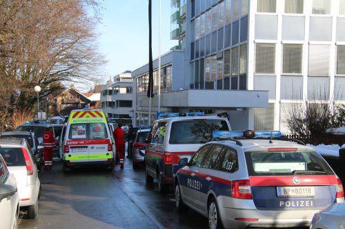 Am Freitag rückte wieder ein Großaufgebot der Polizei vor der BH Dornbirn an.