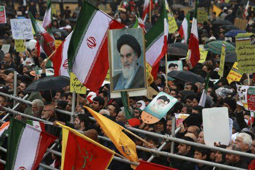 An staatlich koordinierten Kundgebungen in Teheran und anderen Städten nahmen zahlreiche Menschen teil. AP
