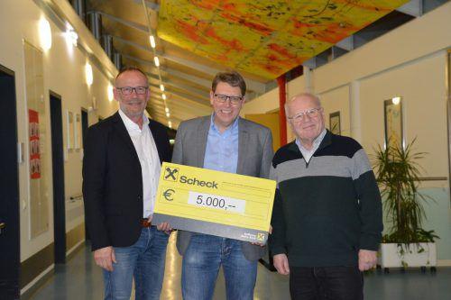Arnt Buchwald (GF Schulheim Mäder) nahm stellvertretend den Scheck von Initiator Bernd Brändle und dem Altacher Vizebürgermeister Franz Kopf entgegen. Gemeinde