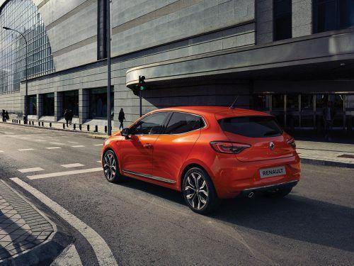 Auf dem Genfer Autosalon wird Renault die Neuauflage des Clio präsentieren. Im Sommer folgt die Markteinführung des gegenüber dem Vorgänger leicht geschrumpften Kleinwagens. Dieser soll unter anderem einen für die Klasse ungewöhnlich großen 400-Liter-Kofferraum bieten. Ebenfalls groß kann der Hochformat-Bildschirm (25,4 cm) im neu gestalteten Cockpit ausfallen.