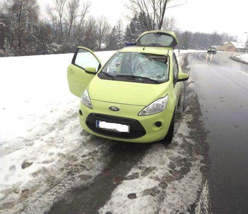 Aufprallende Eisstücke, die mehr als nur Windschutzscheiben beschädigen können, können zu gefährlichen Geschossen für nachfolgende Fahrzeuge werden. polizei