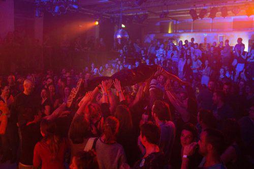 Bands und Besucher rockten das alte Hallenbad. Veranst.