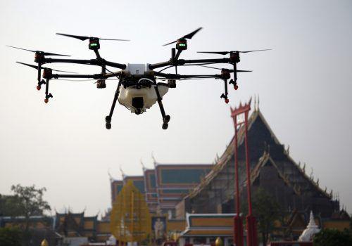Im Kampf gegen die anhaltende Luftverschmutzung setzt Bangkok nun Drohnen ein, die Wasser versprühen. AP