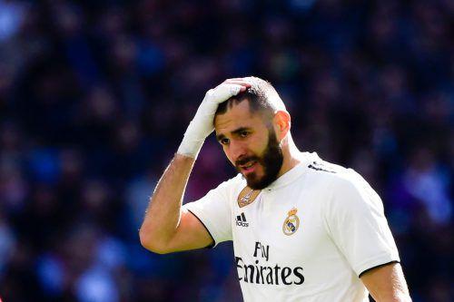Bild mit Symbolcharakter: Real Madrid-Stürmer Karim Benzema kann die 1:2- Heimniederlage gegen FC Girona nicht fassen.AP