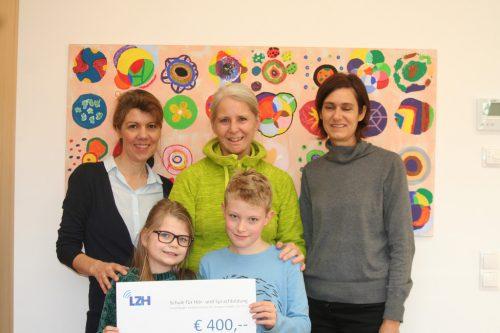 Brigitte Sperger (Mi.) mit den Schülern, Lehrerin und Direktorin.  mima