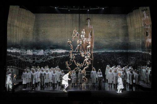 """Carlus Padrissa fährt in """"Karl V."""" mit allem auf, was La Fura dels Baus berühmt machte. Und das tut dem Werk von Ernst Krenek durchaus gut. Oper, Hösl"""
