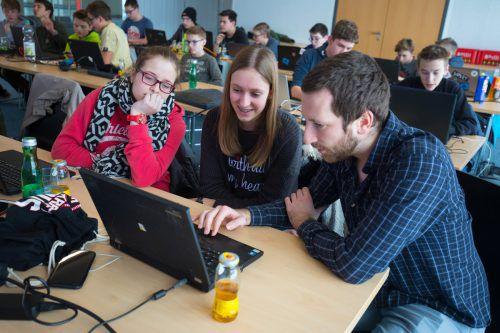 Daniel Rotter unterstützt die Code-Base-Teilnehmerinnen bei Russmedia in Schwarzach beim Programmieren eines kleinen Spiels. VN/hartinger