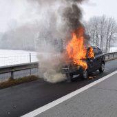 Pkw auf Autobahn in Flammen