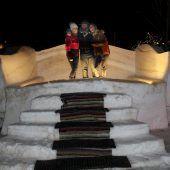 Zimmerhohes Sofa aus Schnee und Eis