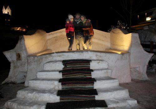 """Das fünf mal drei Meter große Schnee-Sofa auf der Terrasse des """"Tirolerhofs""""."""