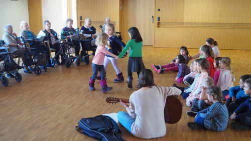 Das gemeinsame Singen macht den Kindergartenkindern und den Bewohnern des Hauses der Generationen gleichermaßen Freude. egle