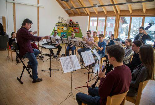 Das kleine Ensemble, die Quarta 1/4 Jugendphilharmonie, probt mit Christoph Eberle derzeit in Bizau. VN/paulitsch