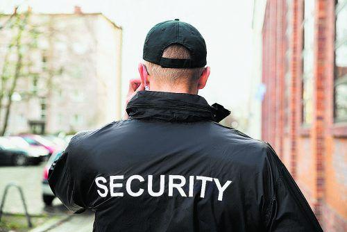 Das Land möchte das Spannungsfeld zwischen Sicherheitskontrollen und einer Kultur des offenen Hauses lösen. Ab heute steht Wachpersonal vor den Eingängen der Behörden.