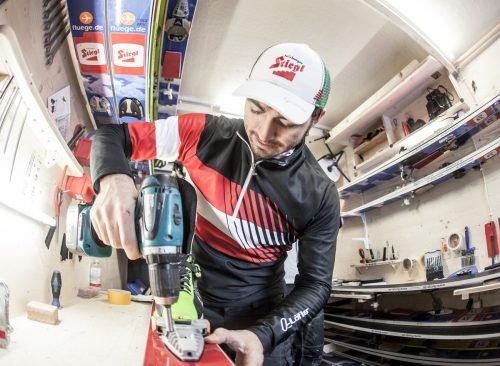 Der ÖSV-Servicemann Balthasar Schneider ist unter anderem für die optimale Einstellung der Skibindungen zuständig. EXPA/JFK