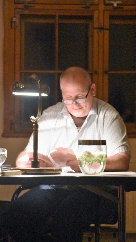 Der Schweizer Autor mit Röthner Wurzeln las im Schlösslesaal. Loacker