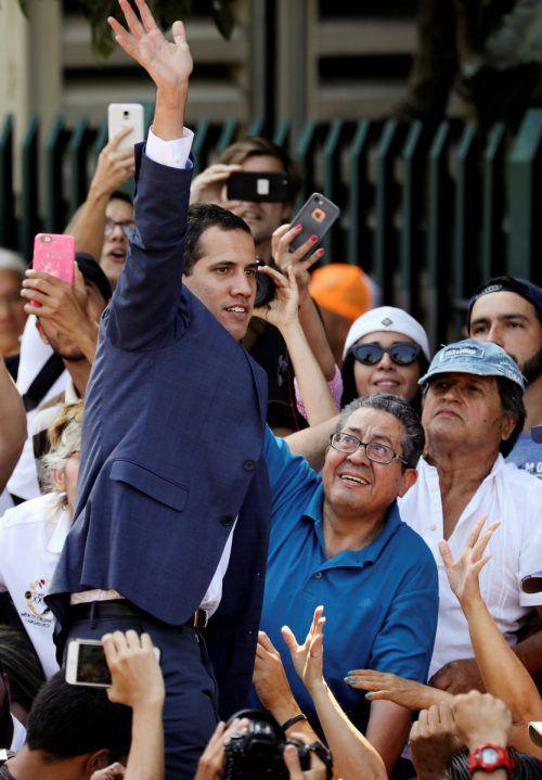 Der selbsternannte Übergangspräsident winkt seinen Anhängern in der venezolanischen Hauptstadt Caracas zu. Reuters
