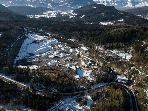 Der Steinbruch im Fritztobel soll in Richtung Hohe Gastra (Bildmitte rechts) erweitert werden, um weitere 20 Jahre Gestein abbauen zu können. VN/Steurer