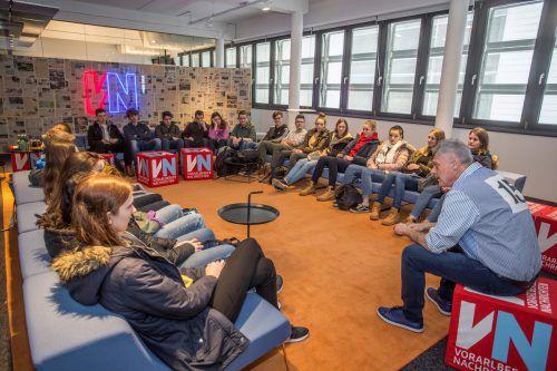 Der stellvertretende VN-Chefredakteur Hans Günter Pellert brachte den Mädchen und Buben die Abläufe in der Redaktion näher. VN/PAulitsch