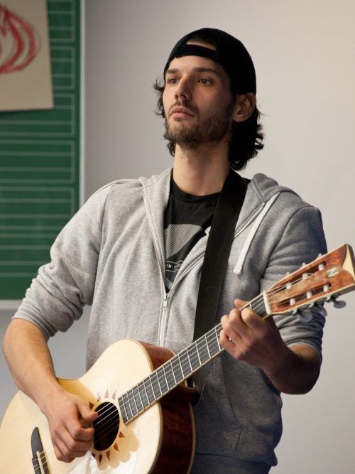 Der Vorarlberger David Baldessari hat lange Zeit im Theater an der Rott gespielt und komponiert nun auch eine Bühnenmusik für das Landestheater. hoffmann