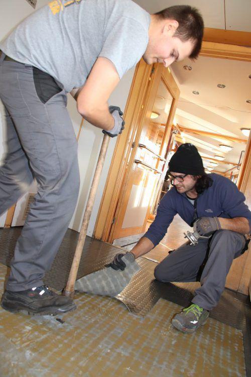 Die alten Bodenbeläge im Innern werden entsorgt und neue Beläge verlegt. wam